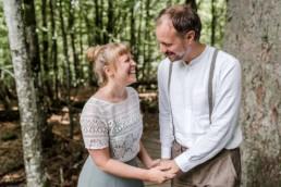 Brautpaar bei einer Elopement Hochzeit im Wald.