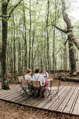 Natürliche Elopement Hochzeit im Wald.