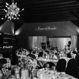Schwarz-weiß Bild von der Hochzeitslocation Mannschaftscasino in Straubing für eine unvergessliche Hochzeit von der Hochzeitsfotografin Veronika Anna