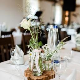 Natürliche Hochzeitsdekoration bei der Location Wirth in Denkzell für die Hochzeit und das Brautpaar