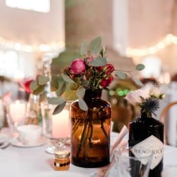 Heiraten in der schönen Location im Sudhaus Schwarzach im bayerischen Wald mit natürlicher Tischdekoration fotografiert von Veronika Anna Fleischmann und Dekoration vom Dekoverleih mit Herz