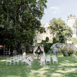 Romantische Hochzeitslocation mit Blick auf das Schloss Egg bei der freien Trauung von der Fotografin Veronika Anna fotografiert
