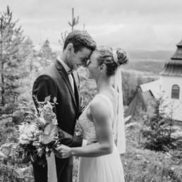 Brautpaar in der Natur fotografiert Veronika Anna