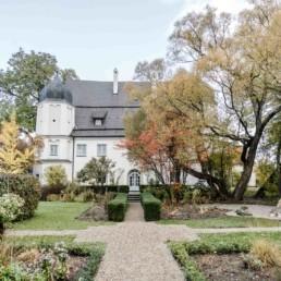 Das Schloss Maierhofen ist eine romantische Location für eine unvergessliche Hochzeit in der Natur von Veronika Anna Fotografie