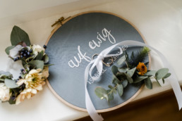 Eheringe und Hochzeitsdekoration bei einer Herbsthochzeit im Schloss Maierhofen in Niederbayern von Fotografin Veronika Anna