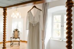 Das Brautkleid am Tag der Hochzeit in der Hochzeitslocation im Schloss Maierhofen im bayerischen Wald von Fotografin Veronika Anna