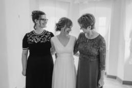Schwarz-weiß Bild von der Braut mit Freunden und Familie an der Hochzeitslocation Fotografin Veronika Anna