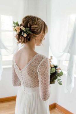 Brautkleid und Brautfriseur von der Braut an Hochzeitsmorgen an der Hochzeitslocation im bayerischen Wald
