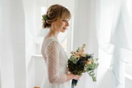 Natürliche Brautfotos bei einer Herbst Corona Hochzeit im bayerischen Regensburg aufgenommen von Veronika Anna