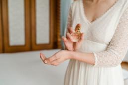 Natürliche Hochzeitsbilde vom Getting ready der Braut am Morgen der Hochzeit aufgenommen von der Fotografin Veronika Anna