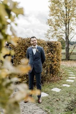 Der Bräutigam an der Hochzeitslocation Schloss Maierhofen wartet auf die Braut aufgenommen von Veronika Anna