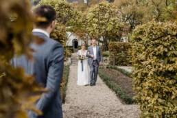 Natürliche Brautbilder von der Hochzeitsfotografin Veronika Anna im bayerischen Regensburg am Schloss Maierhofen