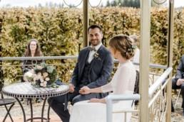 Natürliche Hochzeitsreportage von Veronika Anna Fotografie im bayerischen Wald vom Brautpaar bei der Trauung