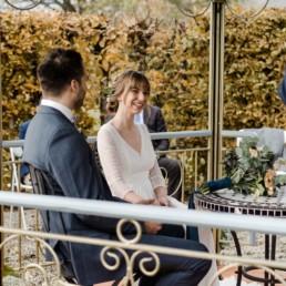 Freie Trauung eines Brautpaars in der Hochzeitslocation Schloss Maierhofen in Niederbayern aufgenommen von Veronika Anna