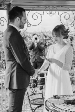 Schwarz-weiß Bild vom Brautpaar während der freien Trauung an der Location im bayerischen Wald aufgenommen von Veronika Anna