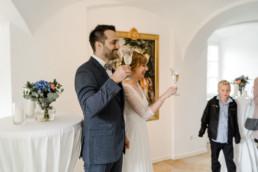 Natürliche Brautpaarfotos bei der Feier auf dem Schloss Maierhofen aufgenommen von Veronika Anna Fotografie