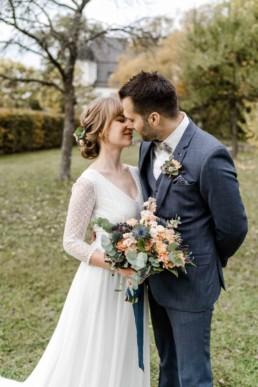 natürliche Hochzeitsfotos vom Brautpaar auf Schloss Maierhofen in Niederbayern von Veronika Anna