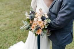 Detailaufnahme vom Brautpaar und Brautstrauß an der Hochzeitslocation in Niederbayern von Veronika Anna Fotografie