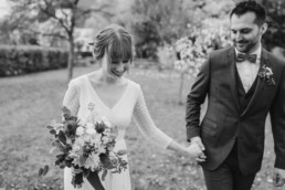 Schwarz-weiß Foto von dem Brautpaar an der Hochzeitslocation im bayerischen Wald aufgenommen von Veronika Anna