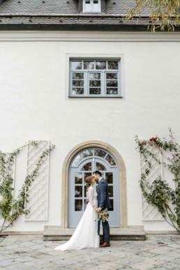 Natürliches Brautfotos vom Schloss Maierhofen im niederbayerischen Regensburg von Veronika Anna Fotografie