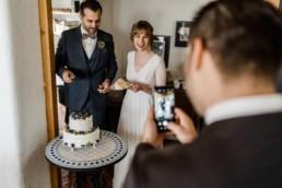 Brautpaar probiert Hochzeitstorte auf der Hochzeit an der Location im bayerischen Wald von Veronika Anna