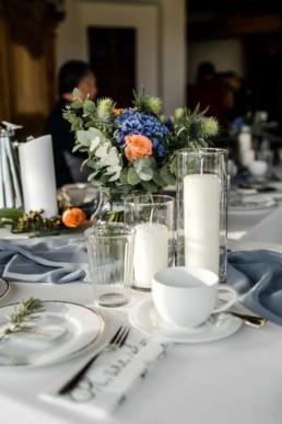 Hochzeitslocation mit Dekoration auf dem Tisch im bayerischen Wald von Fotografin Veronika Anna