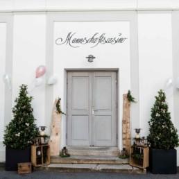 Der Eingangsbereich vom Mannschaftscasino in Straubing für eine unvergessliche Hochzeit von Veronika Anna fotografiert