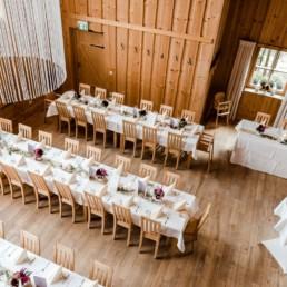 Hochzeitsfotografin Veronika Anna bei einer Hochzeitslocation mit Dekoration im bayerischen Wald bei Deggendorf