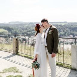 Das Brautpaar in der Natur bei ihrer Hochzeit im bayerischen Wald an der Hochzeitslocation Fotografin Veronika Anna