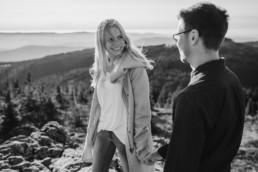 Schwarz-weiß Bild vom Paarshooting am Großen Arber mit Veronika Anna Fotografie