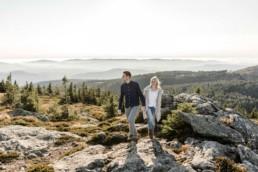 Paarshsooting mit Ausblick auf Natur und Berge im bayerischen Wald aufgenommen von Veronika Anna Fotografie