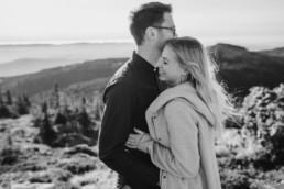 Romantisches Shooting vom Paar im bayerischen Wald auf dem Großen Arber aufgenommen von Veronika Anna Fotografie