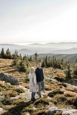 Natürliche Paarbilder mit Ausblick auf den Arber im bayerischen Wald von Fotografin Veronika Anna