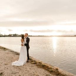 Hochzeitsbilder mit Sonnenuntergang am See im bayerischen Wald aufgenommen von Veronika Anna Fotografie