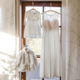 Getting Ready mit Brautkleid von der Braut am Hochzeitstag im bayerischen Wald fotografiert von der Hochzeitsfotografin Veronika Anna Fotografie
