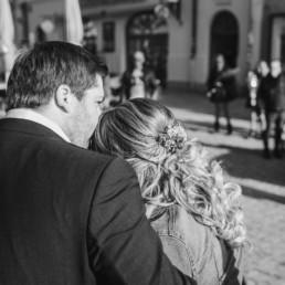 Eine kleine Überraschung nach dem Standesamt auf der Corona Hochzeit vom Brautpaar im bayerischen Wald aufgenommen von Veronika Anna