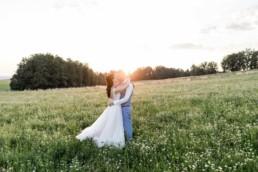 Natürliche Hochzeitsreportage trotz Corona in der Natur mit Sonnenuntergang im bayerischen Wald fotografiert von der Fotografin Veronika Anna Fotografie