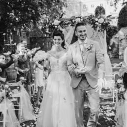 Schwarz-weiß Bild von der Corona Hochzeit im Schloss Egg vom Brautpaar aufgenommen von der Fotografin Veronika Anna Fotografie