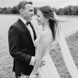 Natürliche Hochzeitsreportage und Bilder vom Brautpaar am See mit Sonnenuntergang in schwarz-weiß von Veronika Anna