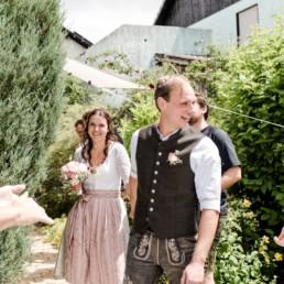 Bayerische Hochzeit mit Dirndl und Lederhose i bayerischen Wald trotz der Corona Pandemie fotografiert von der Hochzeitsfotografin Veronika Anna