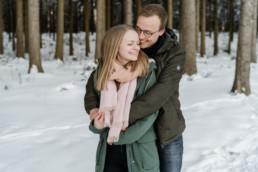 Romantisches Winter Shooting im Wald umgeben von der Natur von der Hochzeitsfotografin Veronika Anna fotografiert