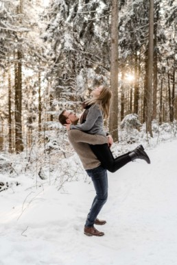 Natürliche Paar Bilder im bayerischen Wald umgeben von Schnee Bäume und Natur fotografiert von Veronika Anna Fotografie
