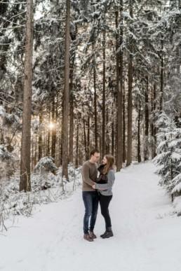 Paarshooting im Winter mit Sonnenuntergang Wald und Natur fotografiert von Veronika Anna Fotografie