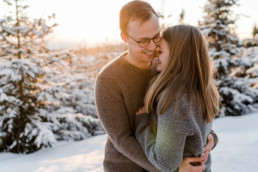 Kuschelige Wintergefühle im Schnee bei einem Winter Shooting im bayerischen Wald von der Hochzeitsfotografin Veronika Anna Fotografie