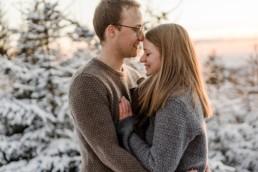 Romantisches WInter Paarshooting im bayerischen Wald aufgenommen von der Hochzeitsfotografin Veronika Anna